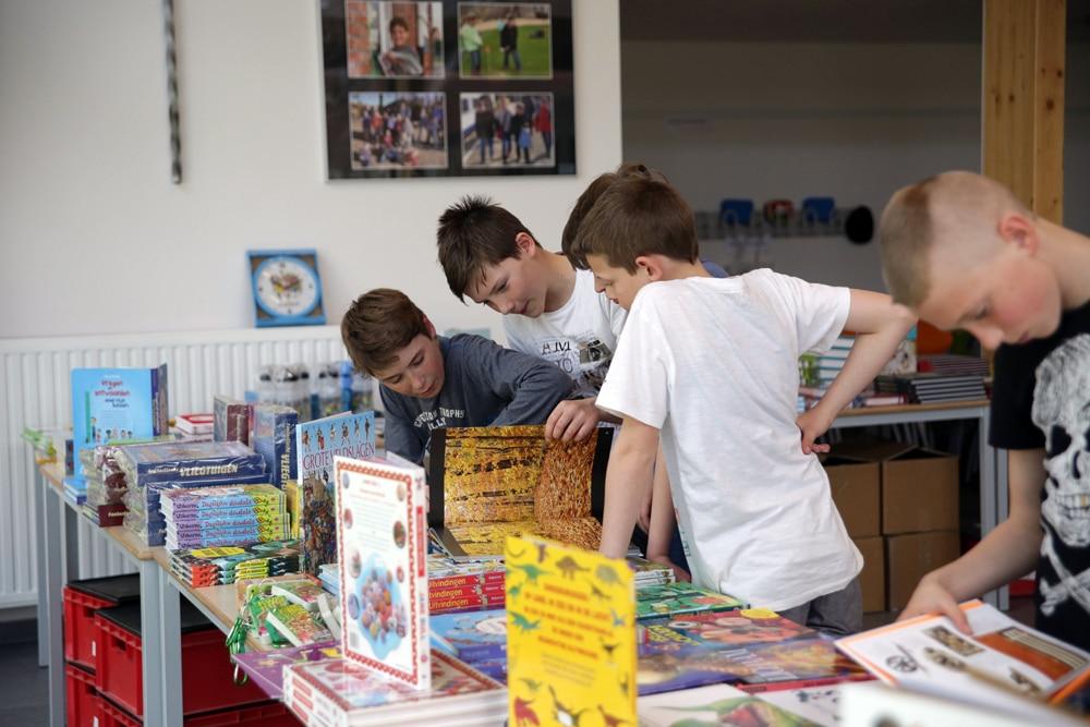 Kinderen op de schoolboekenbeurs